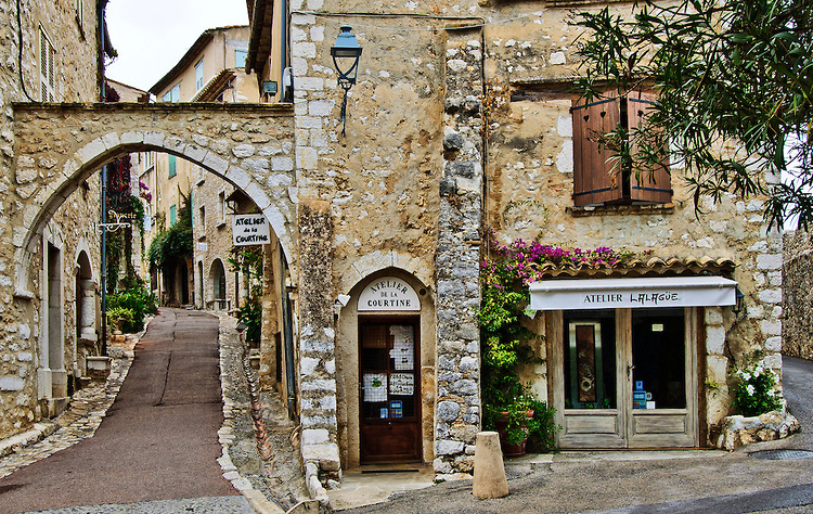 Streets of Saint-Paul-de-Vence (photo credit : info-provence.com)